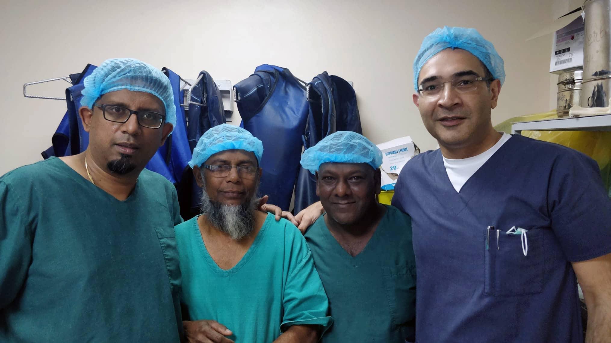 Dr-Naiken-fondateur-de-Humanitarian-for-Empowerment-et-trois-chirurgiens-mauritiens