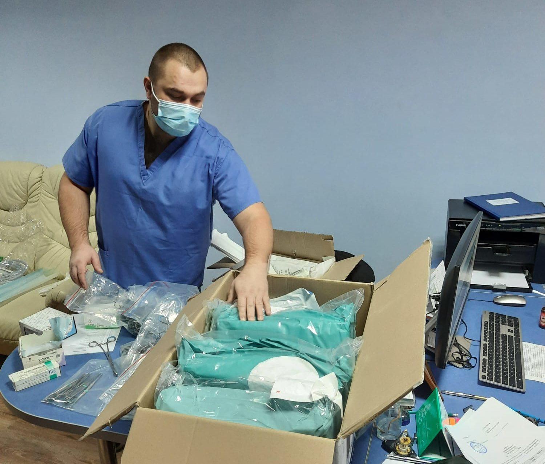 Contrôle du matériel médical reçu par un membre de l'h-àpital en Ukraine. An hospital member is checking the medical equipment received in Ukraine.